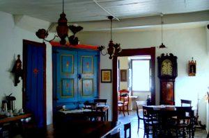 O armário pintado por Guignard, com os nomes Ninita e Lili